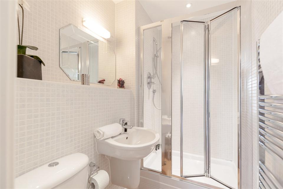 Hillview Apartments Dorking-Showerroom