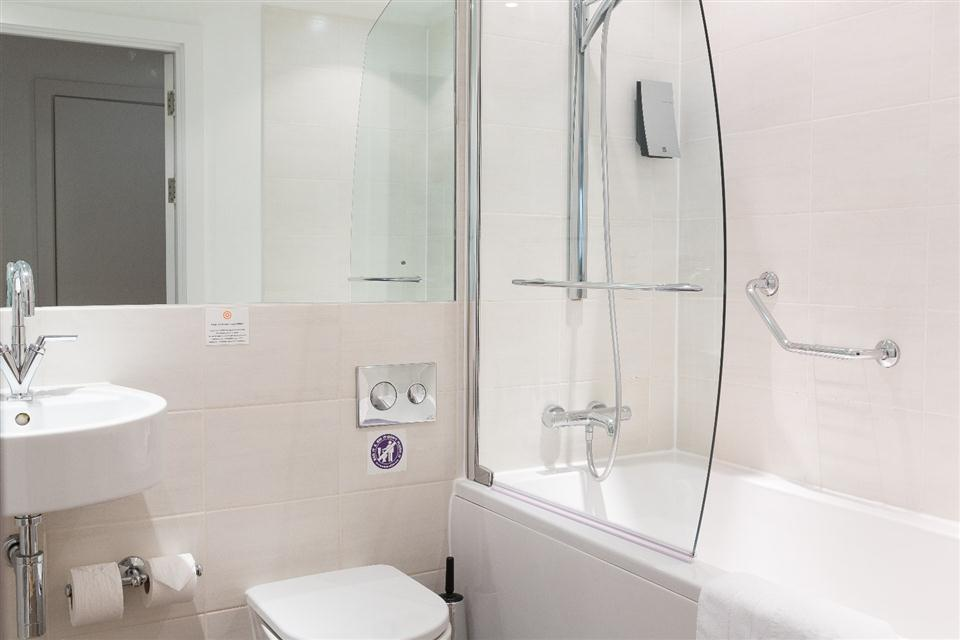 Premier Apartments Manchester Bath and Shower Room