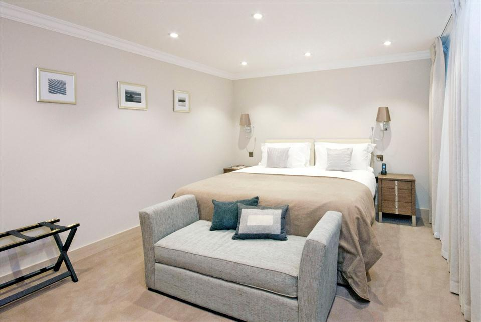 Claverley Court One Bedroom Executive Apartment - Master Bedroom