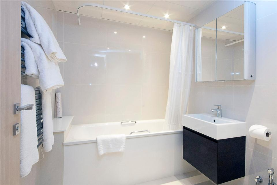 Claverley Court One Bedroom Standard Apartment - Bathroom