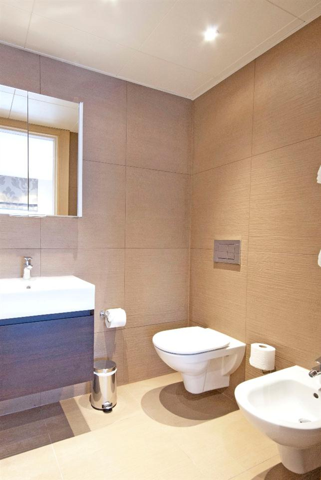 Claverley Court Three Bedroom Beaufort Suite - Bathroom