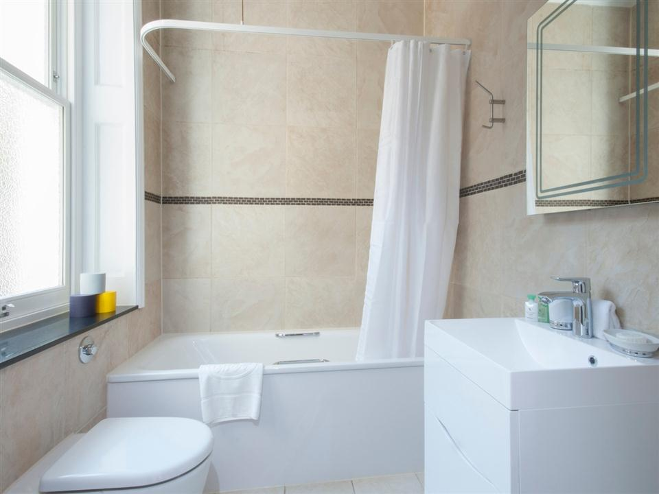 17 Hertford Street Deluxe Studio Apartment - Bathroom