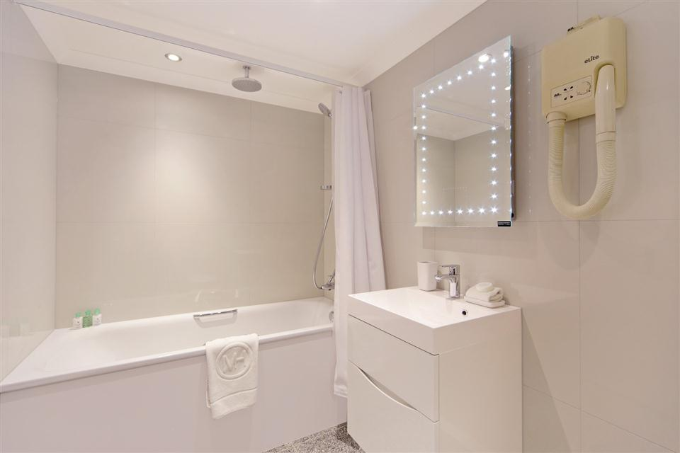 Mayfair House Third Floor Deluxe One Bedroom Apartment - Bathroom