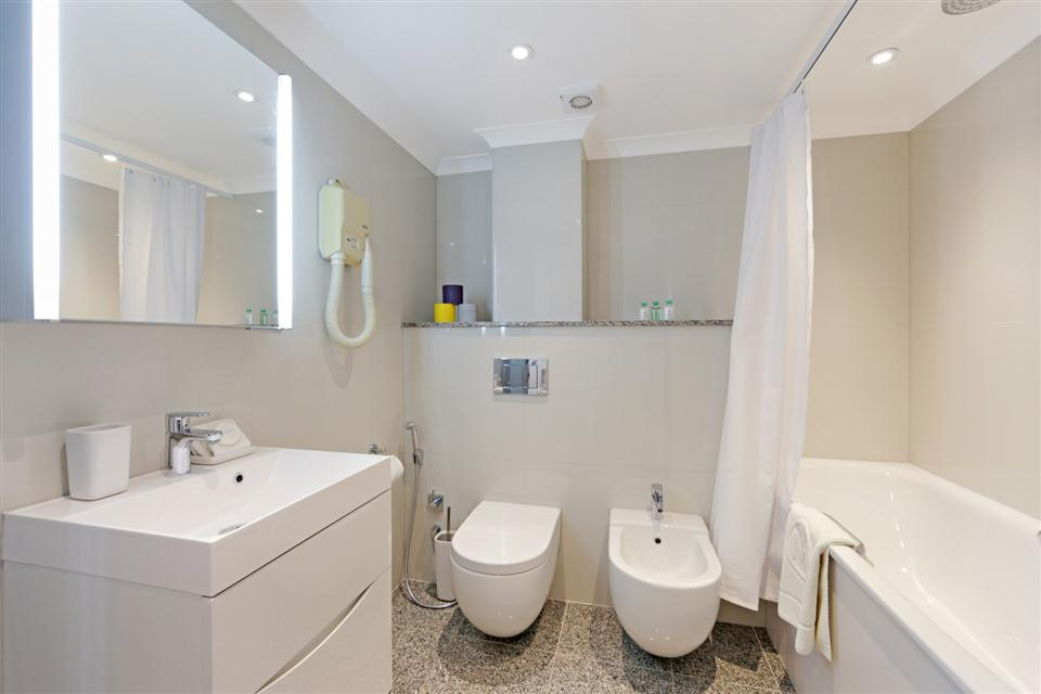 Mayfair House Third Floor Superior One Bedroom Apartment - Bathroom