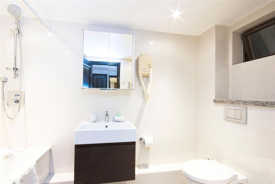 Mayfair House Deluxe One Bedroom Apartment - Bathroom