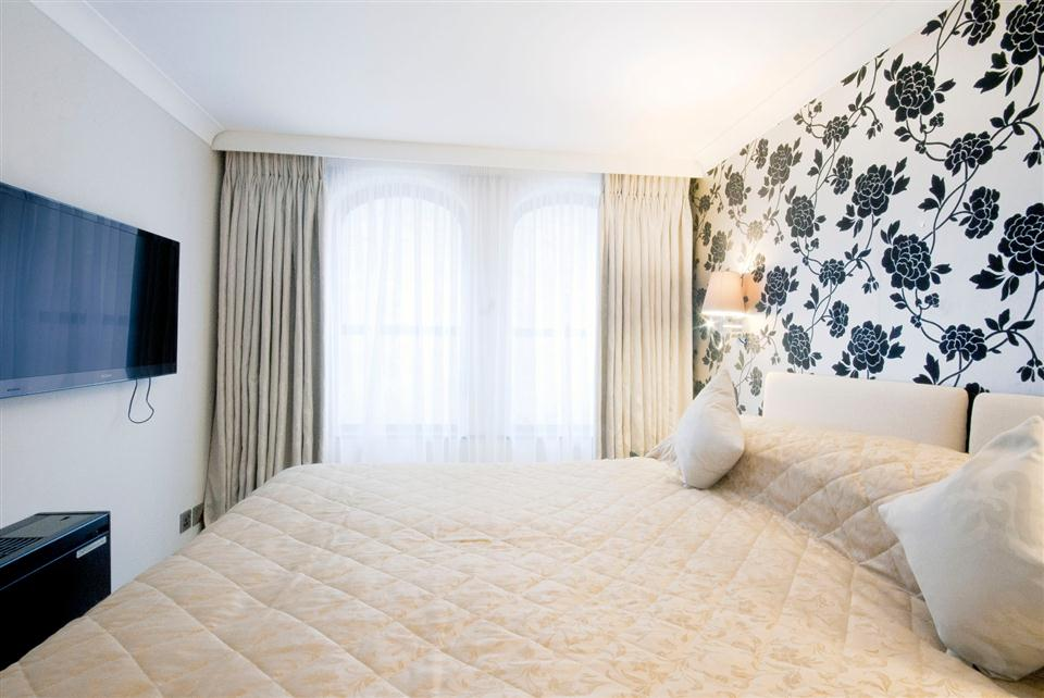 Mayfair House Deluxe One Bedroom Apartment - Bedroom