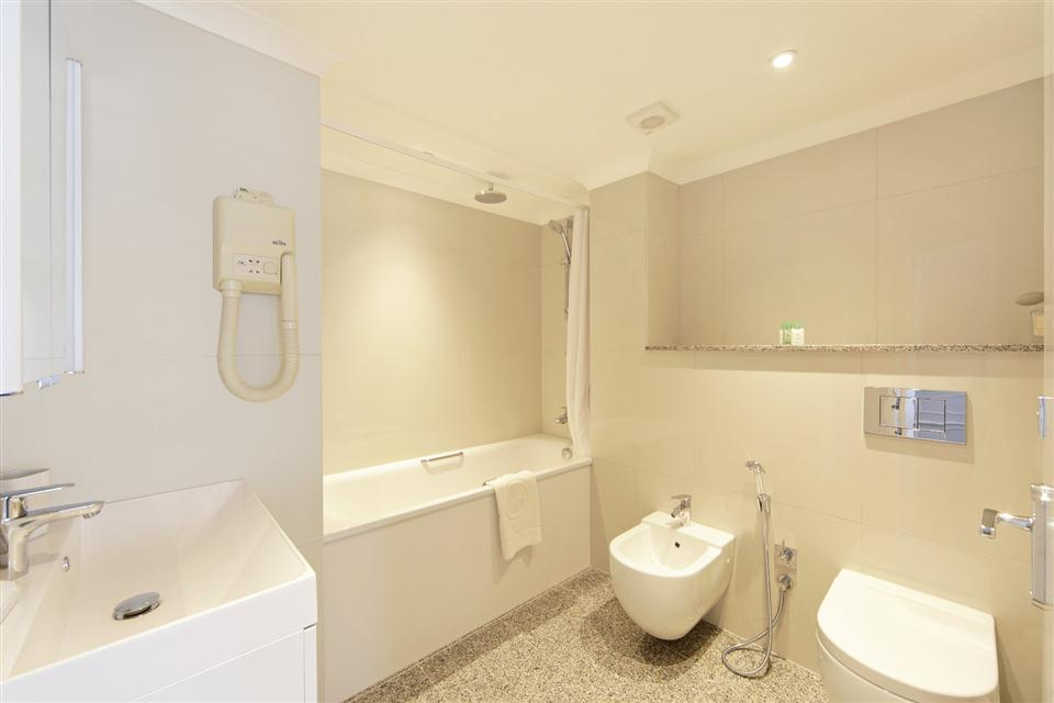 Mayfair House Executive Two Bedroom Apartment - Bathroom