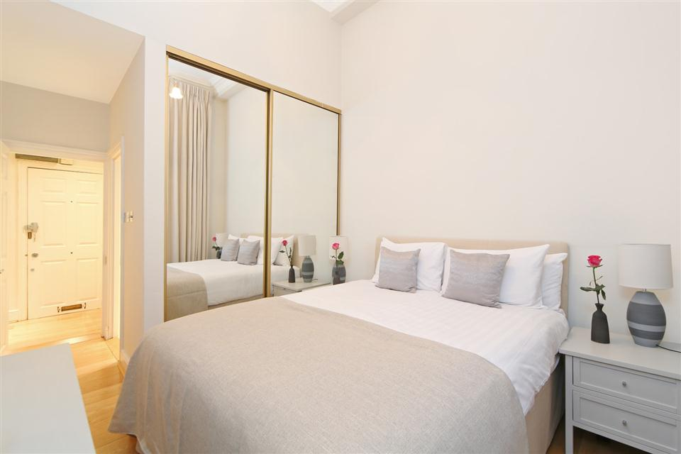 Queensgate Court Two Bedroom Deluxe Apartment - Bedroom