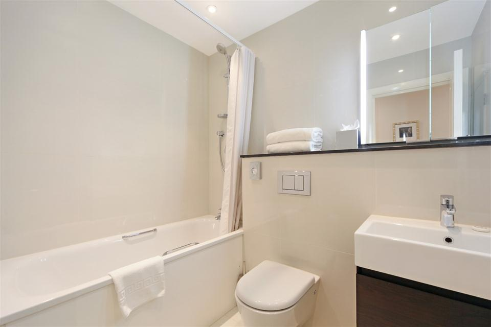 Ashburn Court One Bedroom Deluxe Apartment - Bathroom