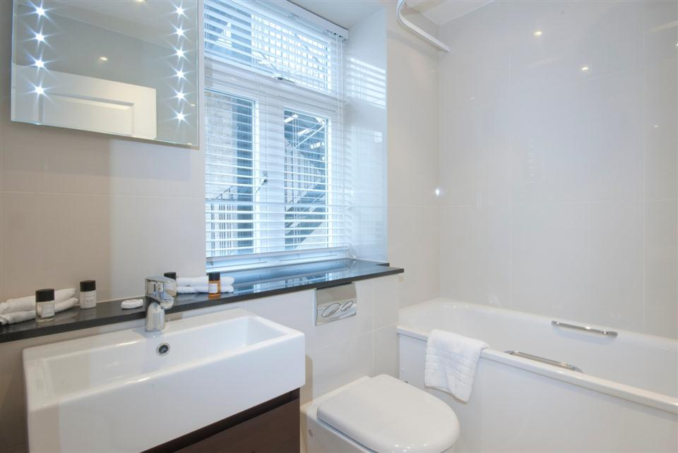 Ashburn Court Two Bedroom Deluxe Apartment - Bathroom