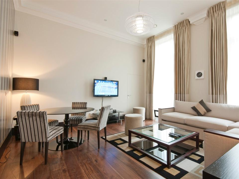 130 Queensgate One Bedroom Executive Apartment - Living Room