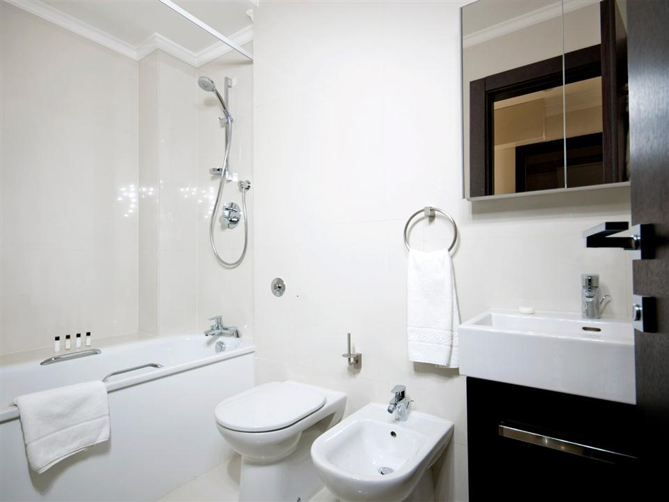 130 Queensgate One Bedroom Standard Apartment - Bathroom