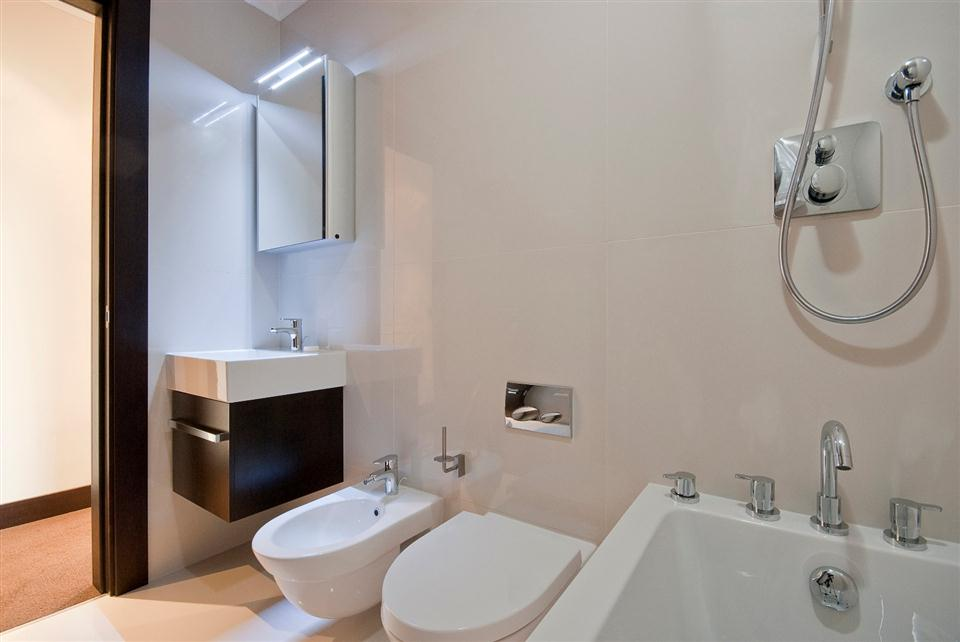 130 Queensgate Two Bedroom Deluxe Apartment - Bathroom