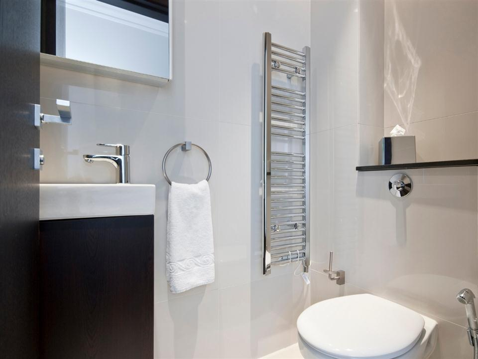130 Queensgate Two Bedroom Standard Apartment - Bathroom