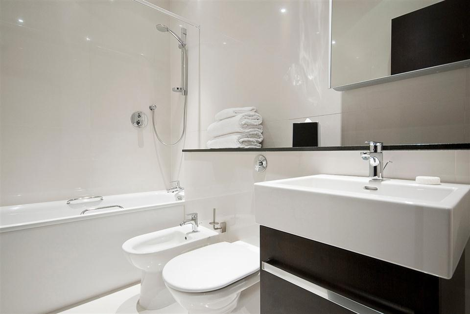 130 Queensgate Two Bedroom Superior Apartment - Bathroom