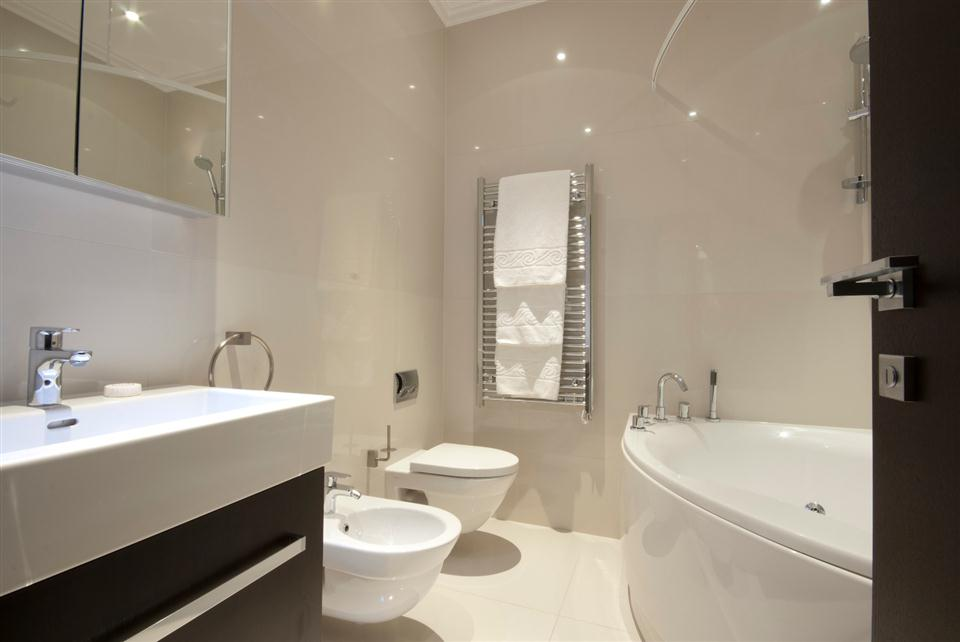 130 Queensgate Three Bedroom Deluxe Apartment - Bathroom