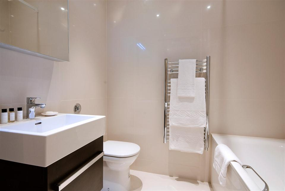 130 Queensgate Three Bedroom Standard Apartment - Bathroom