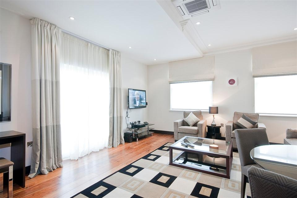 130 Queensgate Three Bedroom Superior Apartment - Living Room