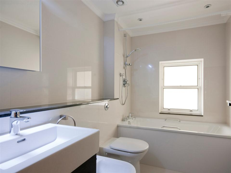 130 Queensgate Studio Apartment - Bathroom