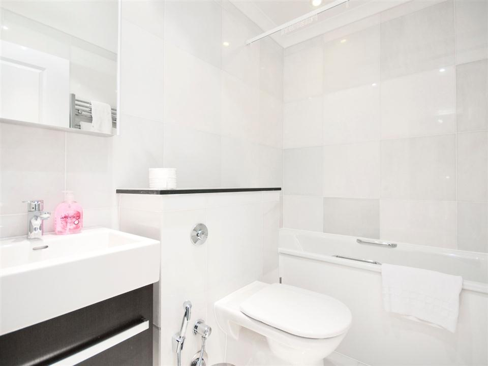 Chilworth Court One Bedroom Standard Apartment - Bathroom