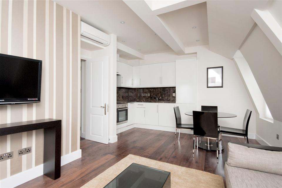 Chilworth Court One Bedroom Superior Apartment - Living Room
