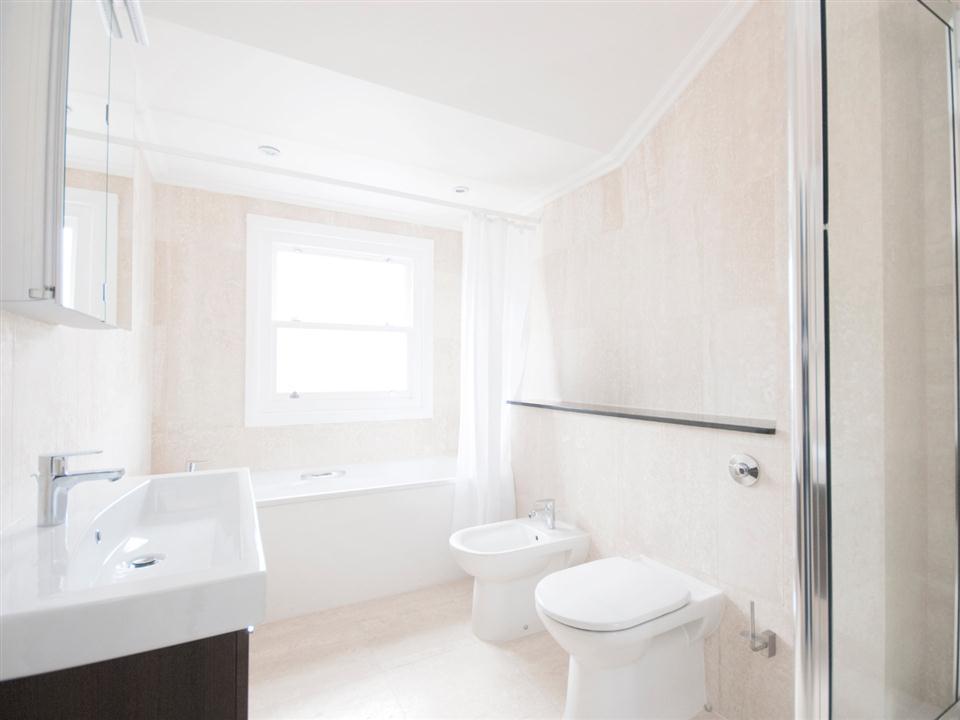 Chilworth Court Three Bedroom Deluxe Apartment - Bathroom