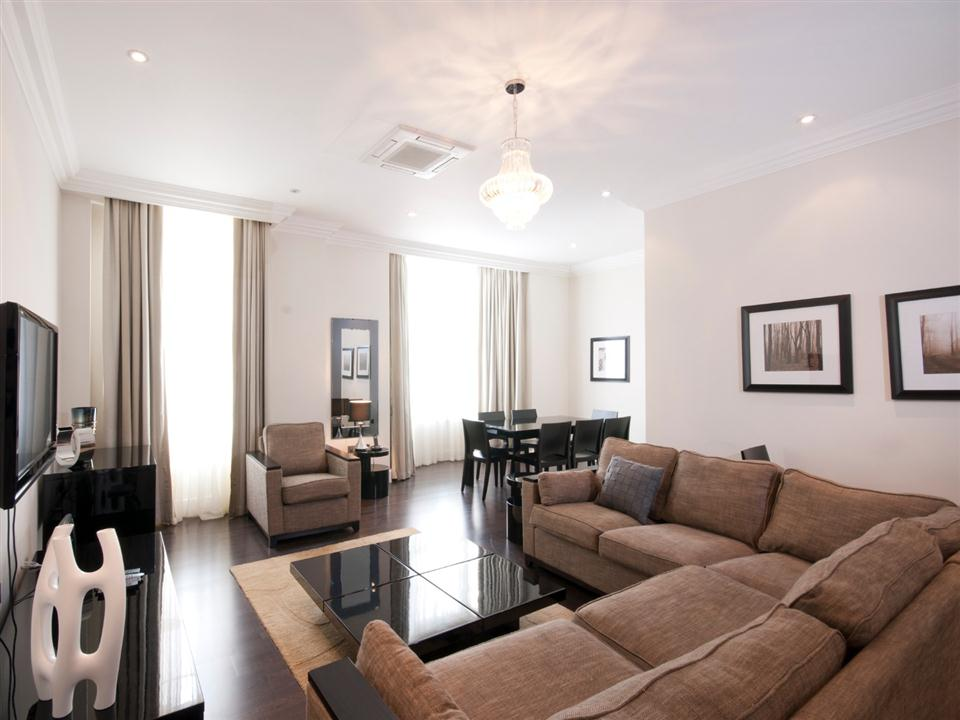 Chilworth Court Three Bedroom Deluxe Apartment - Living Room