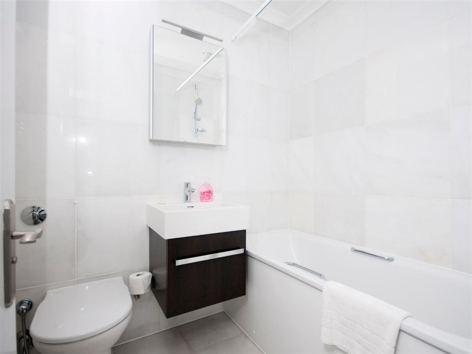 Chilworth Court Two Bedroom Standard Apartment - Bathroom