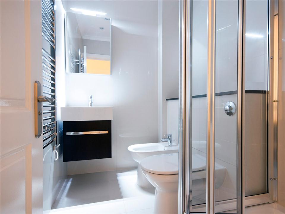 Chilworth Court Two Bedroom Superior Apartment - Bathroom