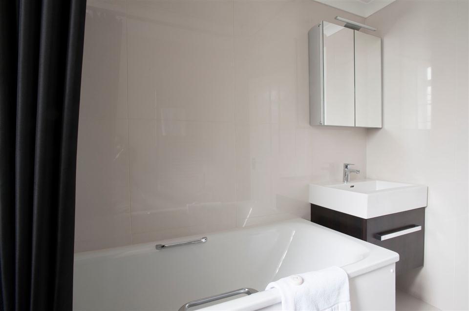 Fountain House Three Bedroom Apartment - Bathroom