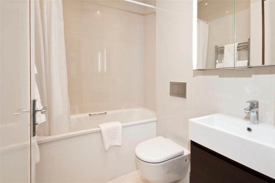 Fountain House Four Bedroom Apartment - Guest Bathroom