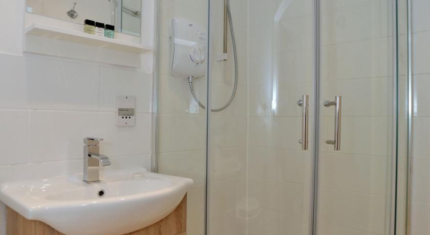 Holburn Street Apartments - Bathroom