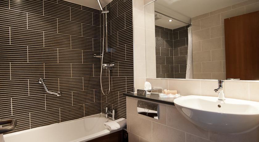 RamadaWarwick Bathroom.jpg