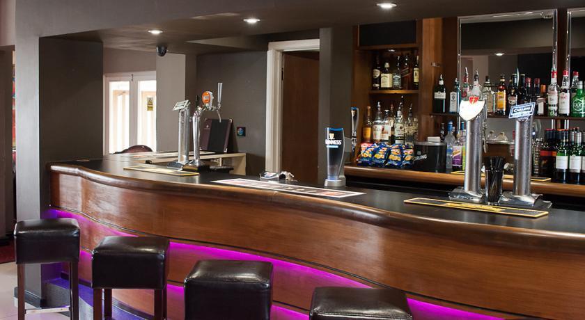 RamadaWarwick Bar1.jpg