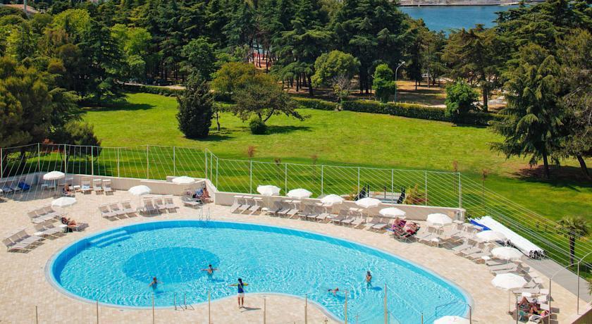Valamar zaghreb -Swimming pool.jpg