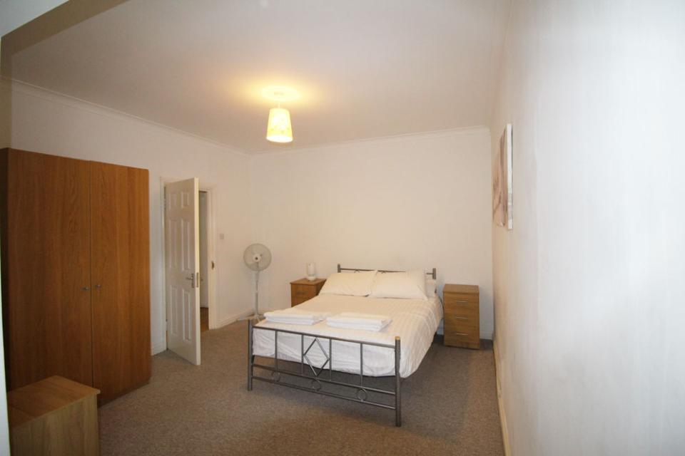 Croydon Serviced Apartments Spacious Bedroom