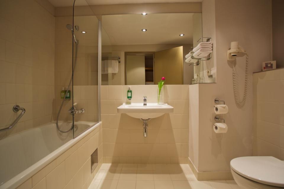 Jurys Inn - Belgrade - Bathroom.jpg